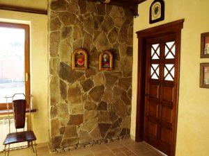 агломератный камень в интерьере проходной комнате фото