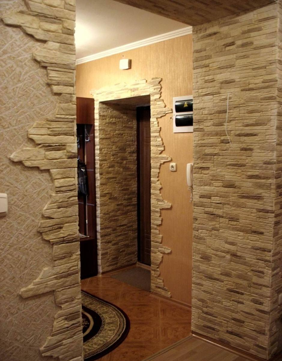 гипсовый камень в дизайне прихожей комнаты