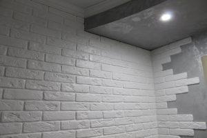 агломератный камень в оформлении прихожей комнаты картинка