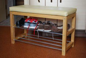 полки для обуви в прихожую комнату деревянная конструкция с узорами фото