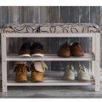 банкетка для обуви в прихожую комнату из дерева с оббивкой пример