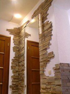 гипсовый камень в оформлении прихожей комнаты картинка