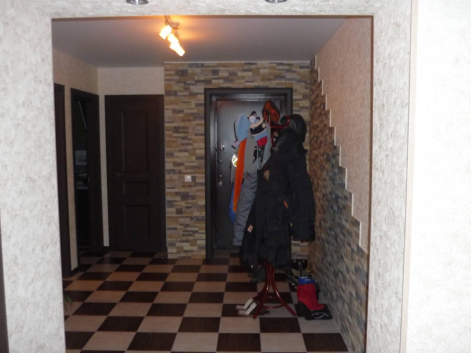 цементный камень в интерьере прихожей комнаты