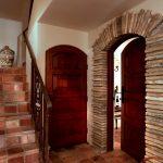 агломератный камень в интерьере прихожей комнаты фото