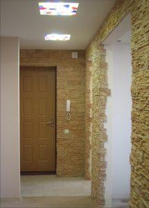 цементный камень в оформлении проходной комнате картинка
