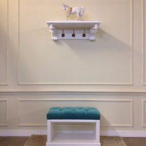 деревянная банкетка в прихожую комнату с полкой дизайн фото