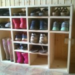 пластиковая полка для обуви в прихожей комнате фото
