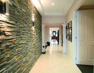 гипсовый камень в интерьере проходной комнате фото