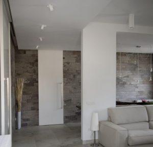 цементный камень в интерьере прихожей комнаты картинка