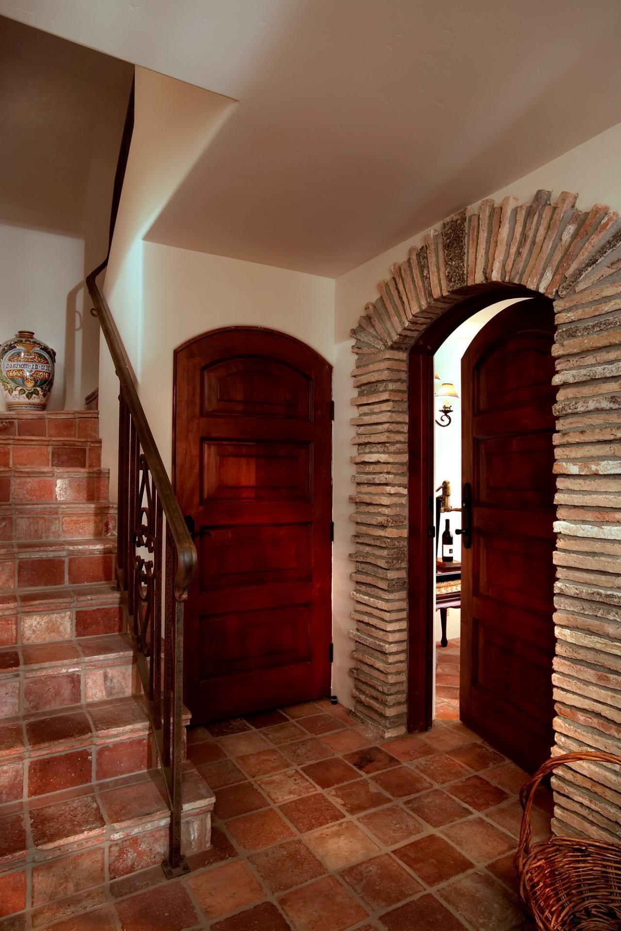 агломератный камень в интерьере прихожей комнаты