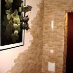 агломератный камень в дизайне прихожей комнаты фото