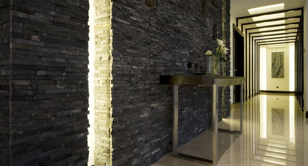 агломератный камень в оформлении проходной комнате