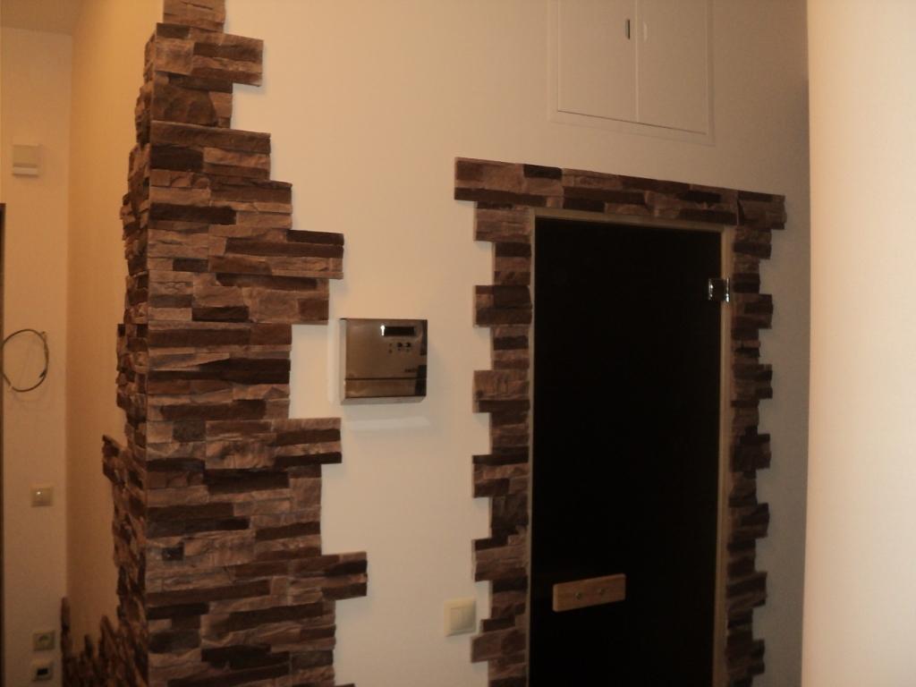 гипсовый камень в дизайне проходной комнате