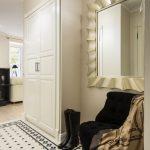 интерьер прихожей комнаты в доме в светлых тонах картинка
