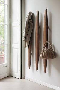 деревянная вешалка для прихожей комнаты дизайн картинка