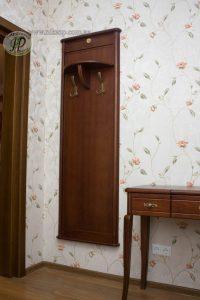 деревянная вешалка в прихожую комнату дизайн картинка