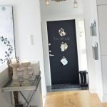 дизайн прихожей комнаты в доме в ярких тонах фото