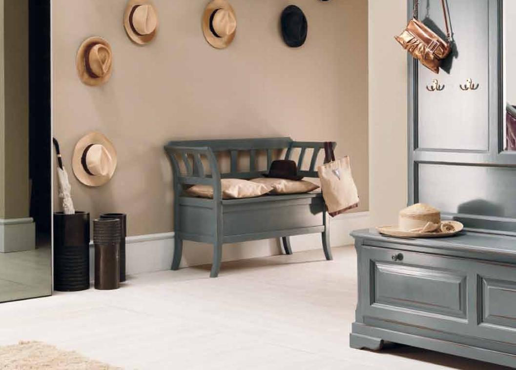 деревянная банкетка в прихожую комнату с комодом интерьер