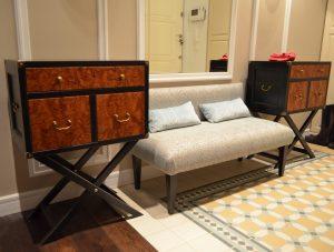 деревянная банкетка в прихожую комнату с полкой интерьер фото