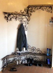 железная вешалка в прихожую комнату интерьер картинка