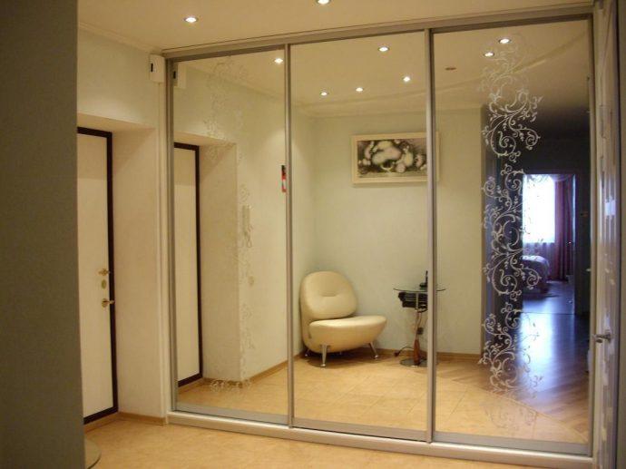 узкий шкаф в проходную комнату дизайн