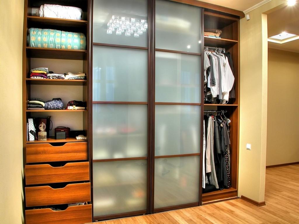 узкий шкаф в прихожую комнату