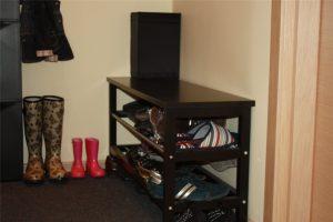 широкая пластиковая обувница в проходную комнату картинка