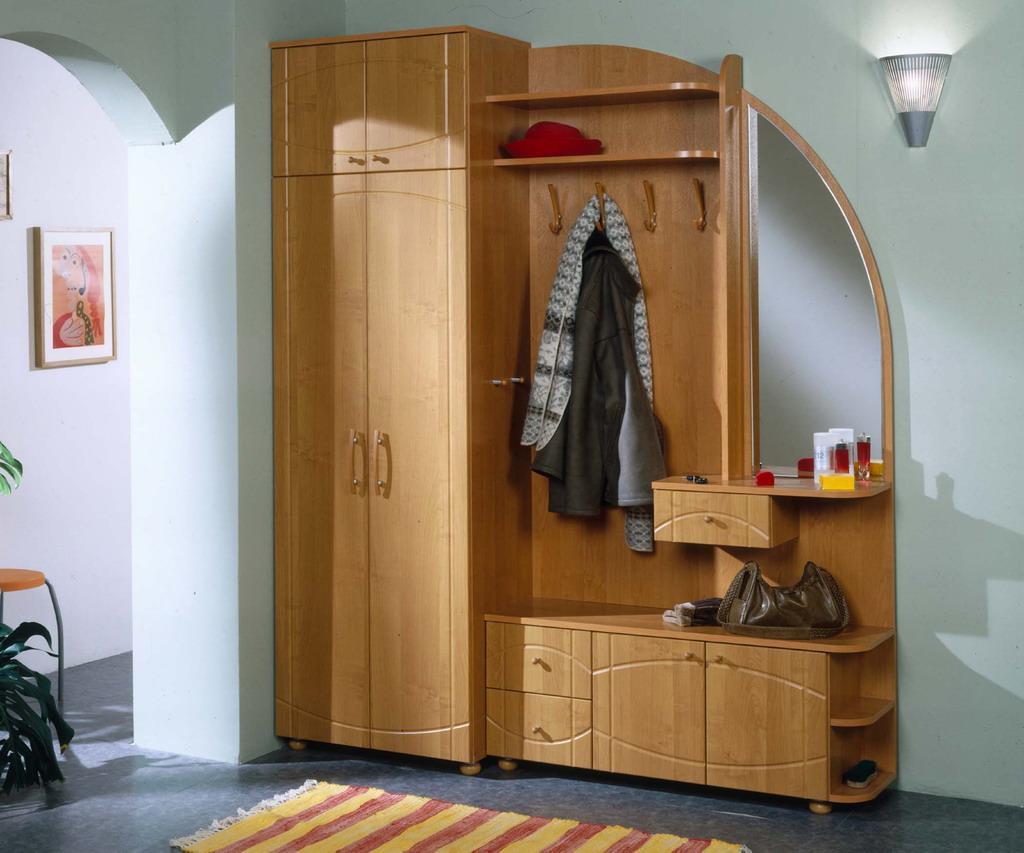 яркий дизайн проходной с маленьким коридором