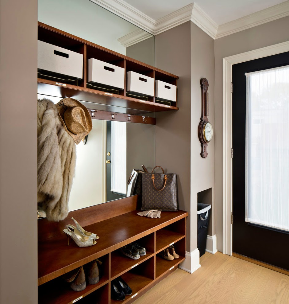 красивый интерьер прихожей комнаты с маленьким коридором
