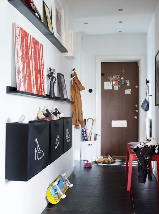 яркий стиль прихожей комнаты с узким коридором