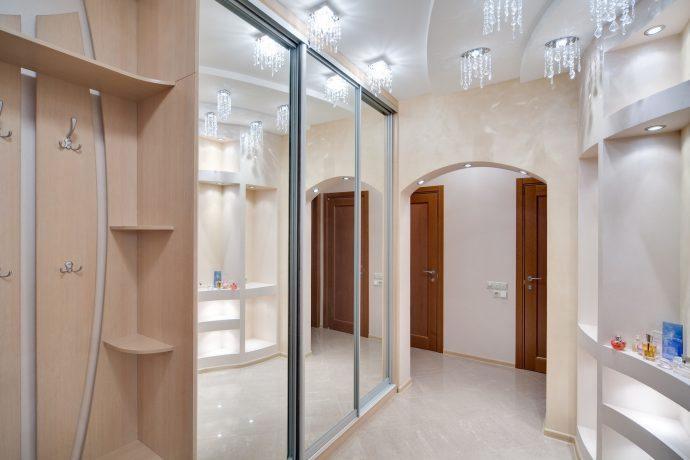 прихожая комната с жидкими обоями и полуглянцевой стенкой картинка