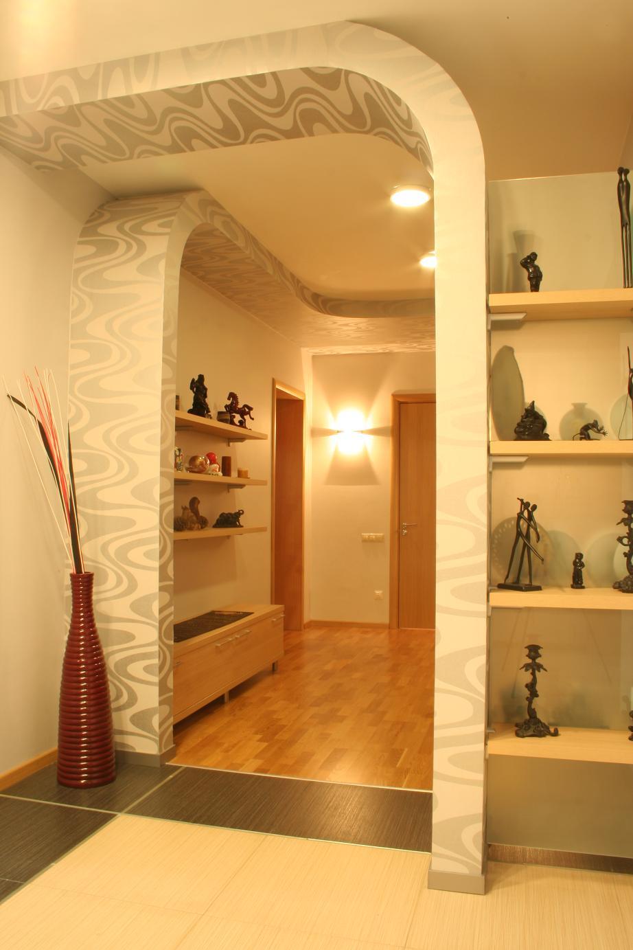 прихожая комната с отделкой камнем и матовой стенкой