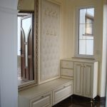 светлая прихожая комната в классическом стиле картинка