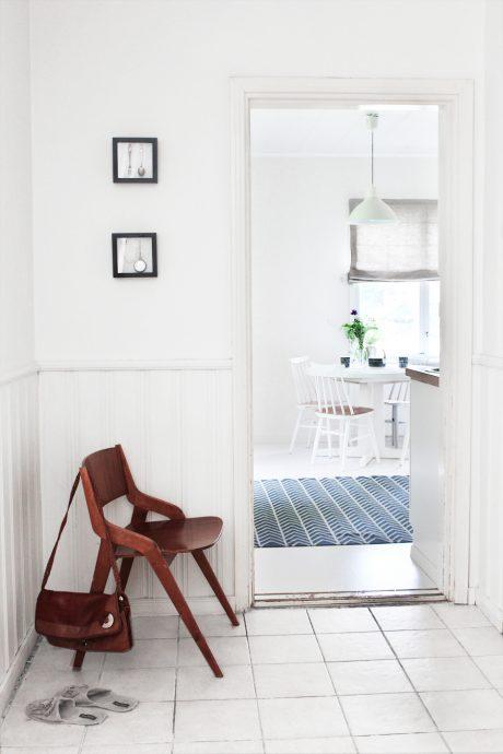 яркая прихожая комната в скандинавском стиле фото