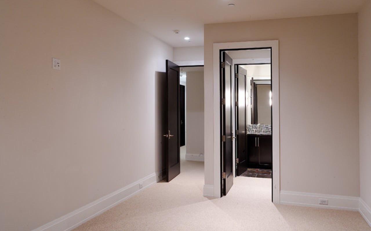 яркие обои в проходную комнату в стиле эко под темную дверь