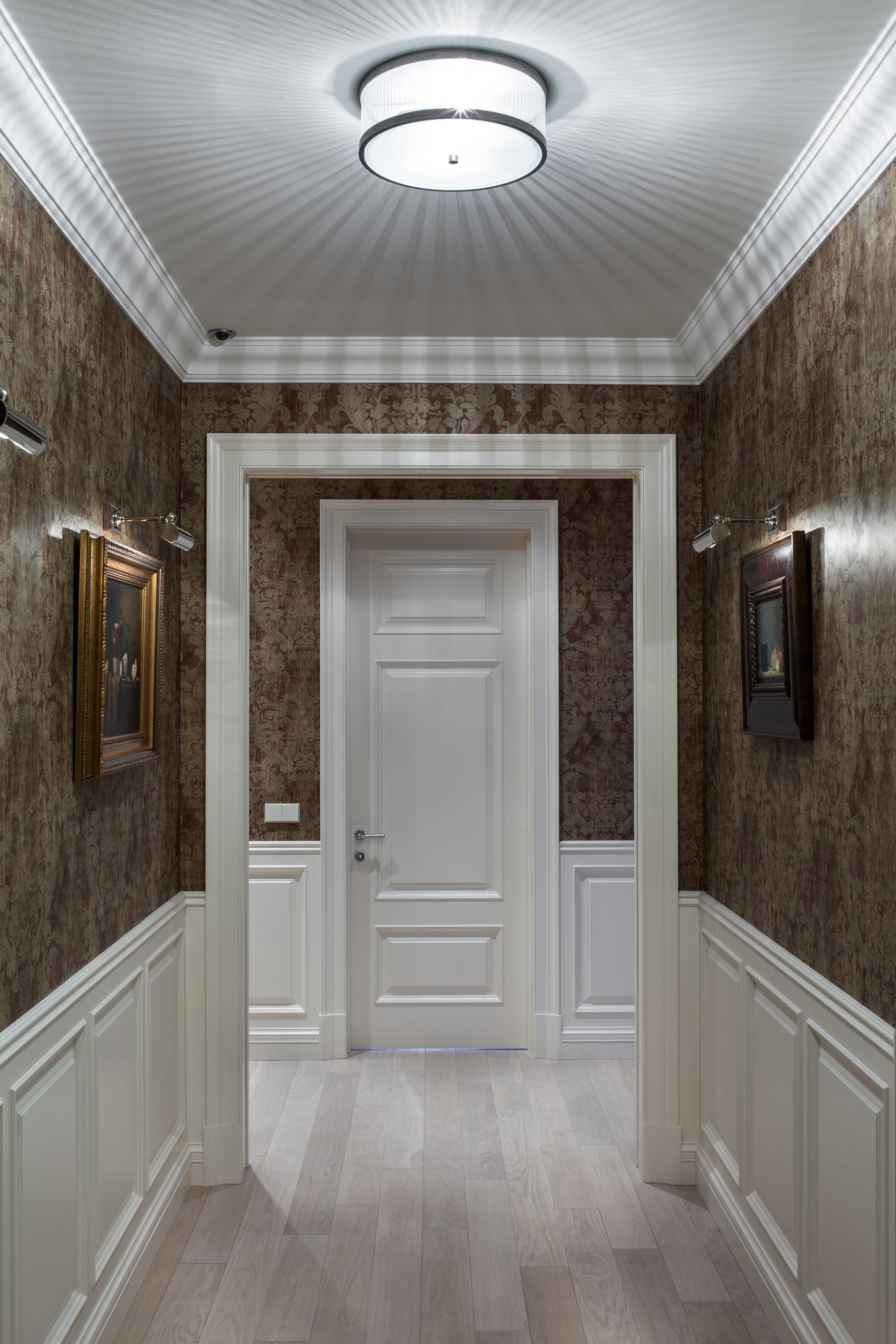 светлые обои в проходную комнату в стиле ретро под темную дверь