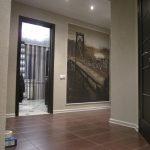 яркий дизайн коридора с фактурной штукатуркой
