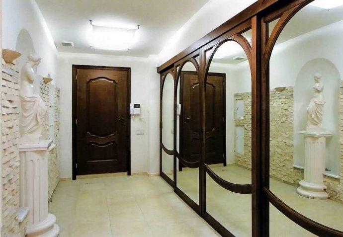 интересный стиль прихожей комнаты с маленьким коридором картинка