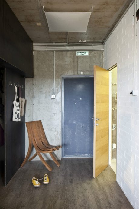 яркий дизайн прихожей с узким коридором