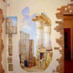 яркий интерьер проходной комнаты с фактурной штукатуркой