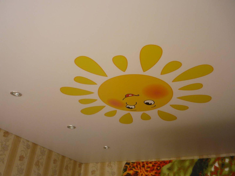светлый потолок из натяжной ткани в детской