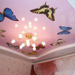 яркий потолок из натяжной ткани в игровой картинка