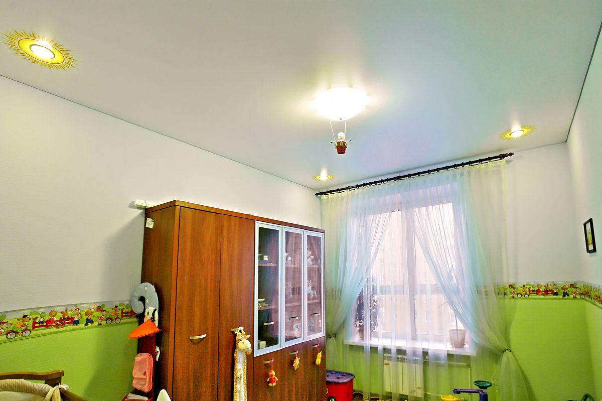 красивый натяжной потолок с фотопечатью в детской комнате