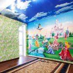 отражающий потолок из натяжной ткани в детской комнате картинка
