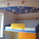 яркий потолок из натяжной ткани в игровой фото