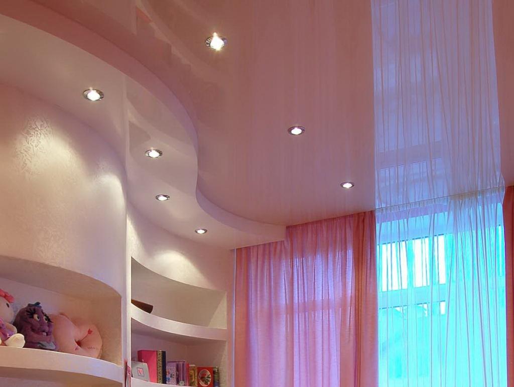 отражающий натяжной потолок из натяжной ткани в детской комнате