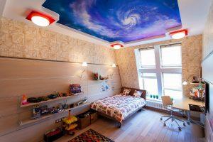 красивый потолок из натяжной ткани в детской комнате фото