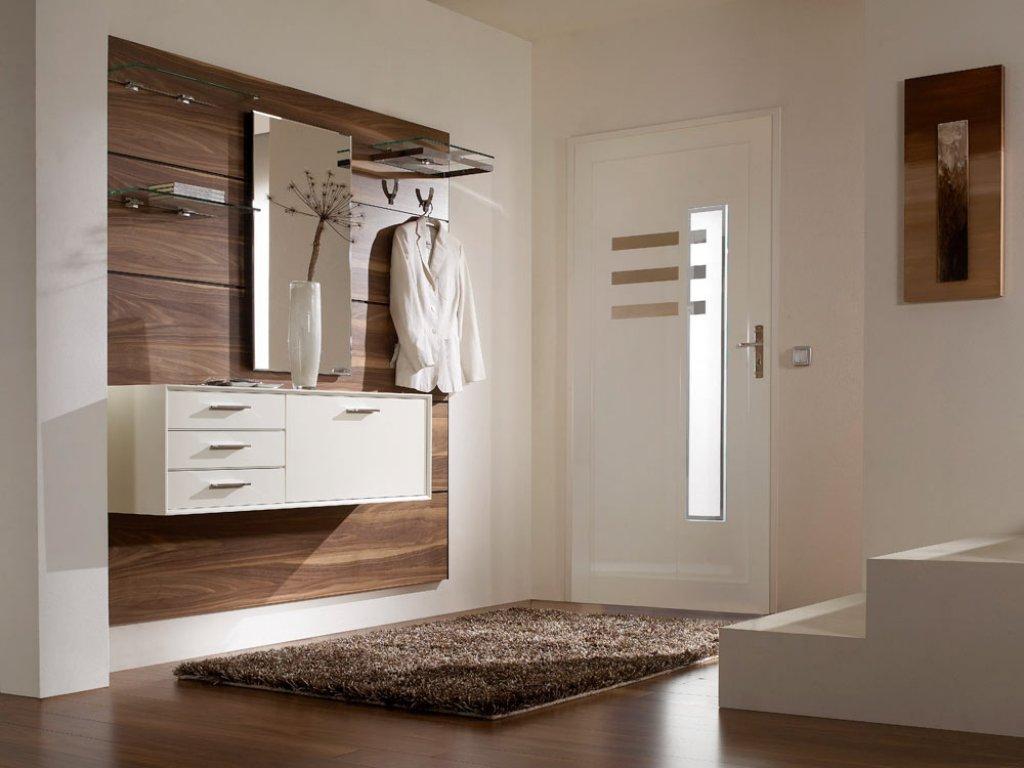 яркий стиль проходной комнаты с маленьким коридором