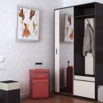 шкаф с зеркалом в прихожую комнату из массива дерева картинка