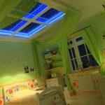 светлый потолок из пвх пленки в игровой комнате фото